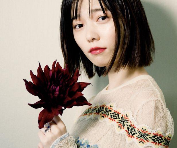 花を持っているアイドルの島崎遥香